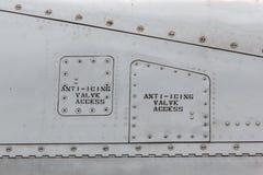 Zeichen auf Seite eines Flugzeuges stockfotos