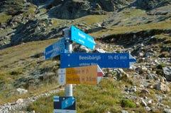 Zeichen auf Spur nahe gelegenes Grindelwald in der Schweiz Stockfotografie
