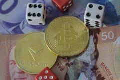Zeichen Bitcoin und des etherium mit Geld und Würfeln Lizenzfreies Stockfoto