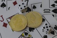 Zeichen Bitcoin und des etherium mit Karten und Würfeln Stockbilder