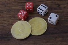 Zeichen Bitcoin und Etherium mit Würfeln Lizenzfreie Stockfotografie