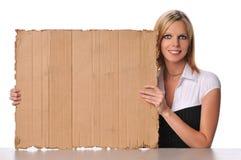 Zeichen carboard Holding der jungen Frau stockfoto