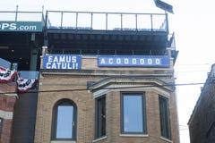 Zeichen Chicago Cubs Eamus Catuli auf Gebäude herüber von Wrigley F Lizenzfreies Stockbild