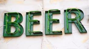 Zeichen, das Bier bekanntmacht stockbild