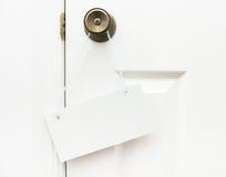 Zeichen, das an der Tür hängt Lizenzfreie Stockbilder