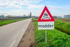 Zeichen, das Schlamm in einer niederländischen landwirtschaftlichen Nutzfläche anzeigt Stockfoto