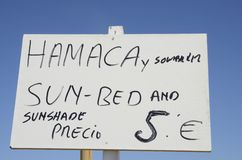 Zeichen, das Sonnenblende- und Sonnenbett ankündigt Lizenzfreies Stockfoto