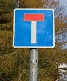 Zeichen, das Straße mit einer Sackgasse anzeigt. lizenzfreie stockbilder