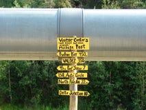 Zeichen an der Alaska-Rohrleitung stockfoto