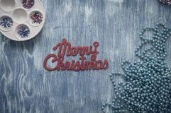 Zeichen der frohen Weihnachten auf hölzernem blauem Hintergrund Stockfotos