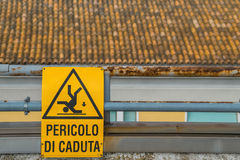 Zeichen der Gefahr des Fallens auf das Dach Stockfotos