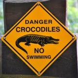 Zeichen der Gefahrenkrokodile stockfotografie