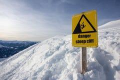 Zeichen der Gefahrensteilen Klippe Gebirgs Lizenzfreie Stockbilder