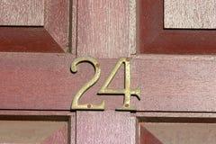 Zeichen der Hausnummer 24 auf Tür Stockbild