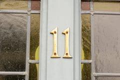 Zeichen der Hausnummer 11 auf Tür Stockbilder