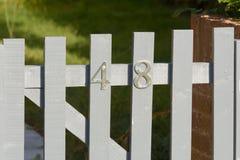 Zeichen der Hausnummer 48 auf Tor Stockbild