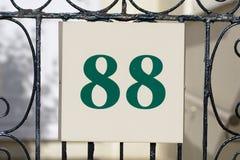Zeichen der Hausnummer 88 auf Tor Stockfotos