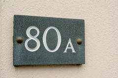 Zeichen der Hausnummer 80A auf Wand Stockfotos