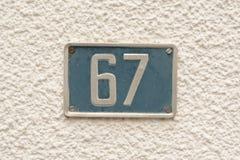 Zeichen der Hausnummer 67 auf Wand Stockbilder