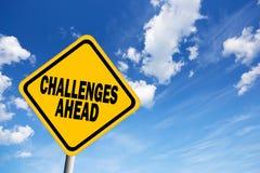 Zeichen der Herausforderungen voran Stockfotos