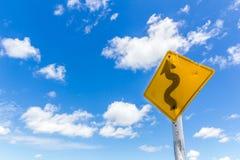 Zeichen der kurvenreichen Straße lizenzfreie stockfotos