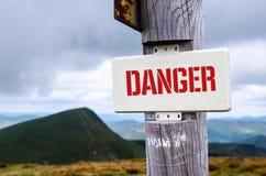 Zeichen der Spitze des Berges Gefahr stockfoto