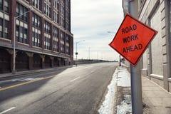 Zeichen der Straßen-Arbeit voran Lizenzfreie Stockfotos