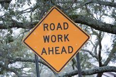 Zeichen der Straßen-Arbeit voran Lizenzfreie Stockfotografie