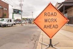 Zeichen der Straßenarbeiten voran auf Straße stockbilder