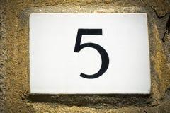 Zeichen der Türzahl fünf auf verwitterter Wand Stockfotos