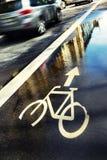 Zeichen der Wasserzykluswege auf der Straße in der Reflexion von Lizenzfreies Stockfoto