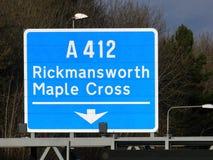 Zeichen des Ausganges M25 an Kreuzung 17 für Rickmansworth und Ahorn-Kreuz A412 lizenzfreies stockbild