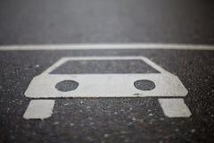 Zeichen des Autos auf Straße Stockbilder