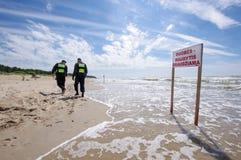 Zeichen des Badens des Verbots im leeren Palanga-Strand text Lizenzfreie Stockfotografie