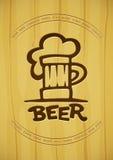 Zeichen des Bechers mit Bier umreißt Schattenbild auf hölzernem Hintergrund Lizenzfreie Stockfotos