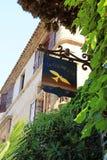 Zeichen des berühmten lokalen Restaurant La colombe dOr im Heiligen Pau Lizenzfreies Stockbild