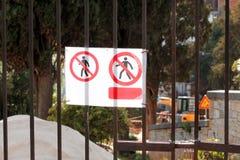 Zeichen des berechtigten Personals nur an der Baustelle Rotes, Schwarzweiss-Sperrgebiet, nur berechtigtes Personal lizenzfreie stockfotografie