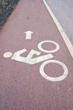 Zeichen des Fahrradweges neben der Straße Stockfotografie