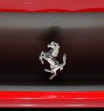 Zeichen des Ferrari-Pferds auf Auto Ferrari-458 Italien Stockfotos