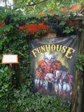 Zeichen des furchtsamen funhouse mit Clownen lizenzfreies stockfoto