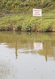 Zeichen 'des Gefahrentiefen Wassers' Lizenzfreies Stockbild