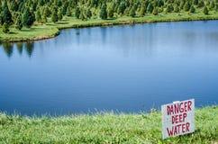 Zeichen des Gefahrentiefen Wassers Lizenzfreie Stockbilder