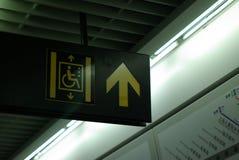 Zeichen des Höhenruders für handicrapped in der Metrostation Lizenzfreie Stockfotos