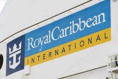 Zeichen des königlichen karibischen International auf einem Kreuzschiff Lizenzfreie Stockfotografie