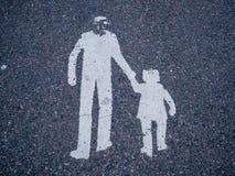 Zeichen des Mannes und der Kinder auf asphlat stockbild