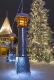 Zeichen des nördlichen Polarkreises bei Santa Claus Residence In Rovaniemi in Finnland Lizenzfreies Stockfoto