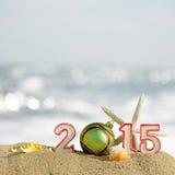 Zeichen des neuen Jahres 2015 mit Muschel-, Starfish- und Weihnachtsball Stockfotos
