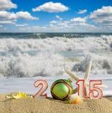 Zeichen des neuen Jahres 2015 mit Muschel-, Starfish- und Weihnachtsball Stockbild