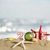 Zeichen des neuen Jahres 2015 mit Muschel-, Starfish- und Weihnachtsball Stockfotografie