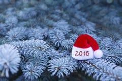 Zeichen des neuen Jahres 2016 mit Santa Claus-Hut Lizenzfreies Stockfoto